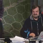 Un comentarista 'rompe sillas' se cae durante la retransmisión de un partido