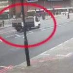 FUERTE VÍDEO: Una camioneta arrolla a un anciano a plena luz del día y escapa