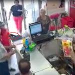 Una mujer detiene un atraco golpeando al asaltante con su bolso