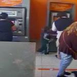 Niño de cuatro años roba dinero de un cajero automático
