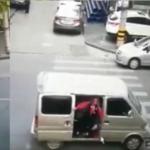 Momento impactante en que una niña es raptada a plena luz del día en China