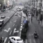 Vídeo impactante: Peatones levantan un coche para salvar a un niño atrapado bajo las ruedas