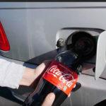 Esto es lo que pasa cuando echas Coca Cola al depósito del coche (VÍDEO)