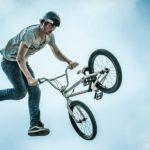 «El ciclista más afortunado» sale ileso de un peligroso truco (VÍDEO)