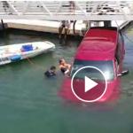 Rescate de una anciana y su hijo de coche hundiese en el puerto.