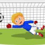 Un padre empuja a su hijo, portero de 8 años para salvar el gol durante el partido.