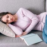 Una siesta de 20 minutos beneficia tu rendimiento laboral.