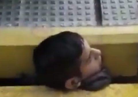 Queda atrapado por el cuello entre el andén y el vagón | Vídeo